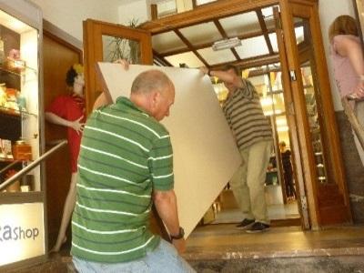 Vrijwilligers die helpen verhuizen.