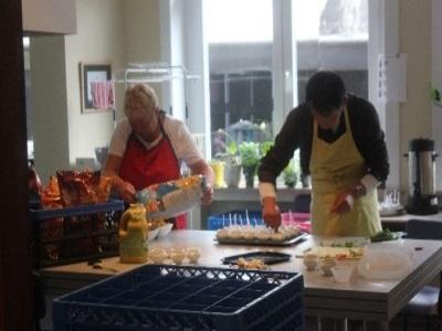 Vrijwilligers die helpen koken.